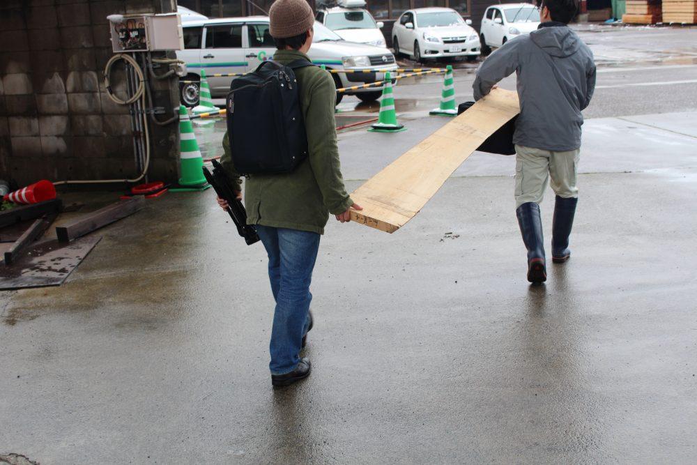 スノービーチ 運ぶ 納品 無垢材