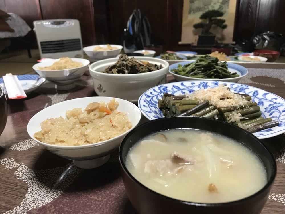 山の贅沢な食卓