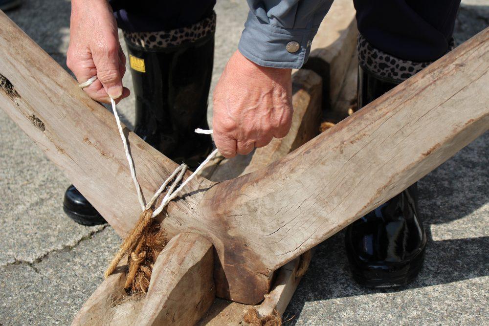 昔の木を運ぶソリの組み立て