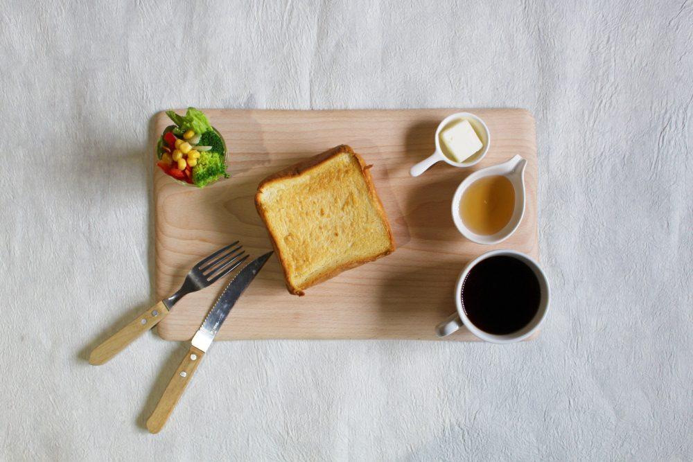 スノービーチのカッティングボードと贅沢な朝食